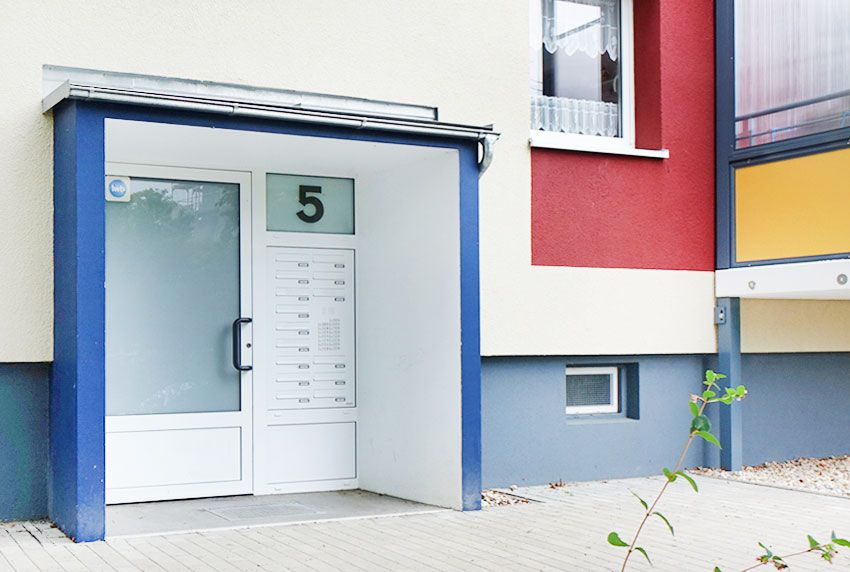 15-teilige Briefkastenanlage geschützt im Hauseingangsbereich