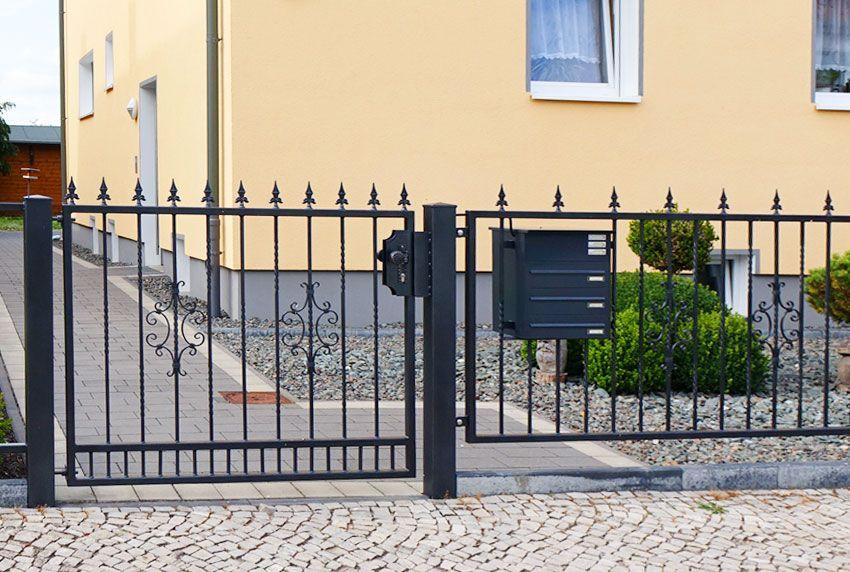Am Gartenzaun befestigste Dreier-Briefkastenanlage