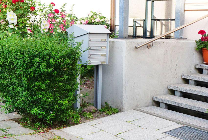 Am Treppenaufgang aufgestellte Standanlage mit vier Fächern