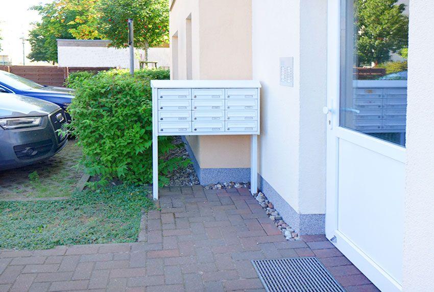 An der Wand stehende Briefkastenanlage für Gewerbetreibende und Vermieter von Wohneinheiten