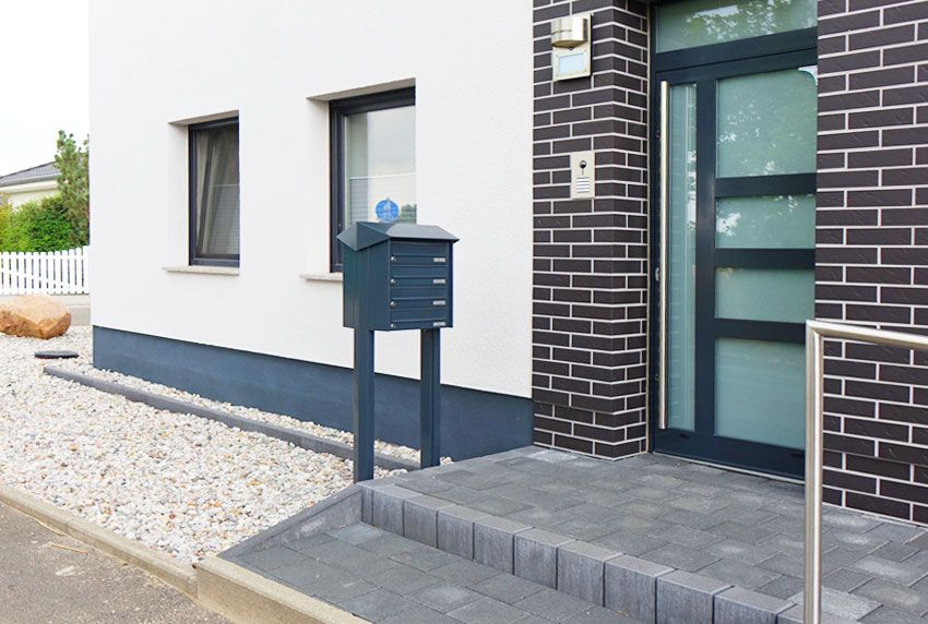 Aufgestellte Briefkastenanlage mit überstehendem Regendach