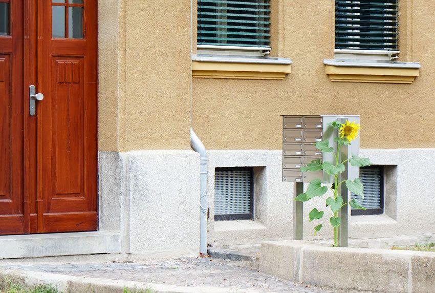 Aufrecht stehende Briefkastenanlage mit passenden Stativ zur Befestigung