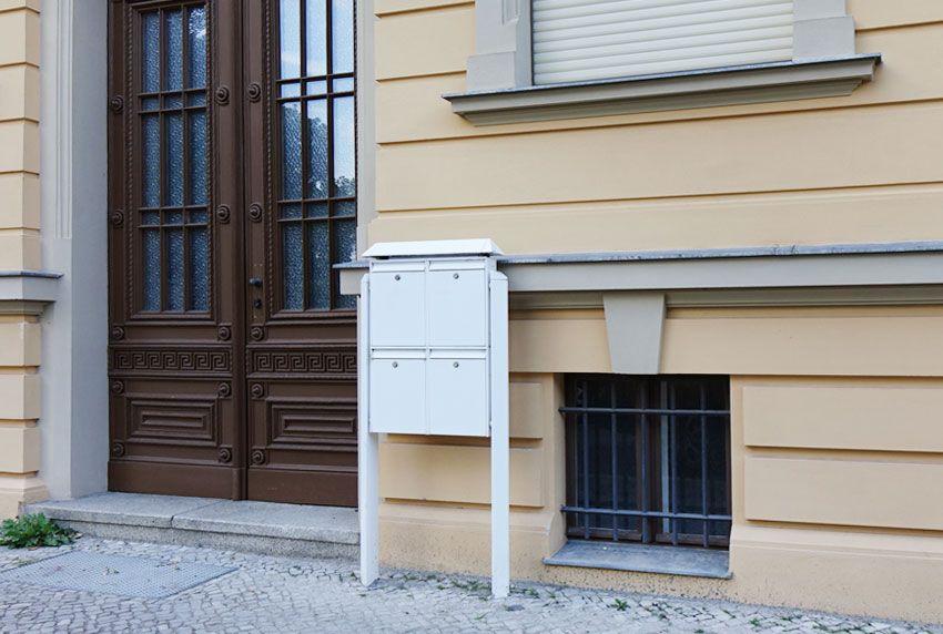 Außenbriefkasten-Anlage mit Ständer und Regendach