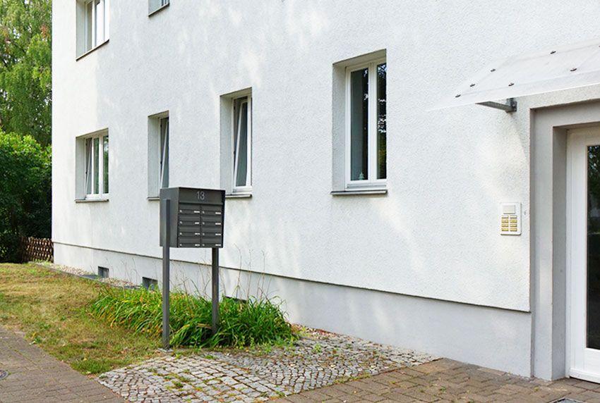 Außenbriefkastenanlagen mit Schutzgehäuse für die Innenkästen als wirksamer Regenschutz