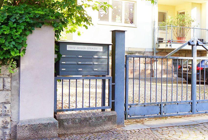 Beschriftete Briefkastenanlage mit Straßennamen und Hausnummer