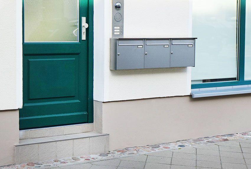 Briefkästen und Briefkastenanlagen an der Wand anschrauben oder getrennt von der Hauswand montieren