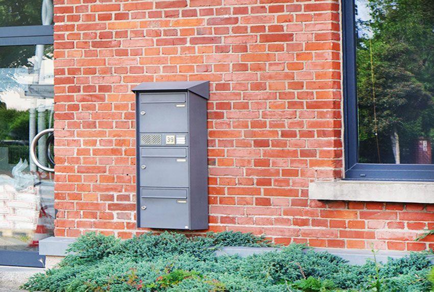 Briefkasten für drei Nutzer an der Wand montieren