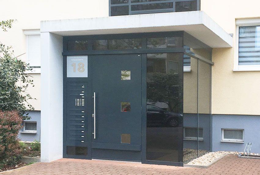 Briefkastenanlagen geschützt in Vorbau des Mehrfamilienhauses