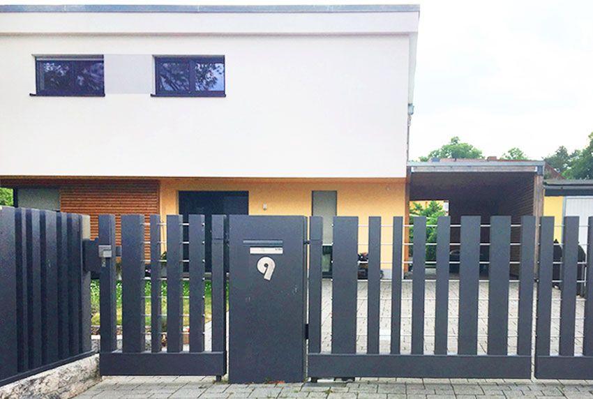 Briefkasten in Zaunsäule integriert mit Hausnummer