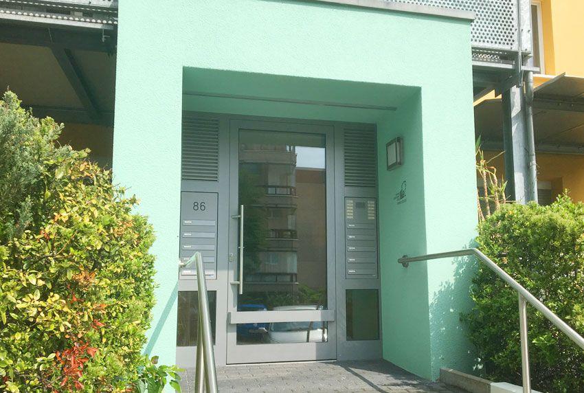 Integrierte Briefkastenanlage an Haustür mit Klingel und Freisprechanlage