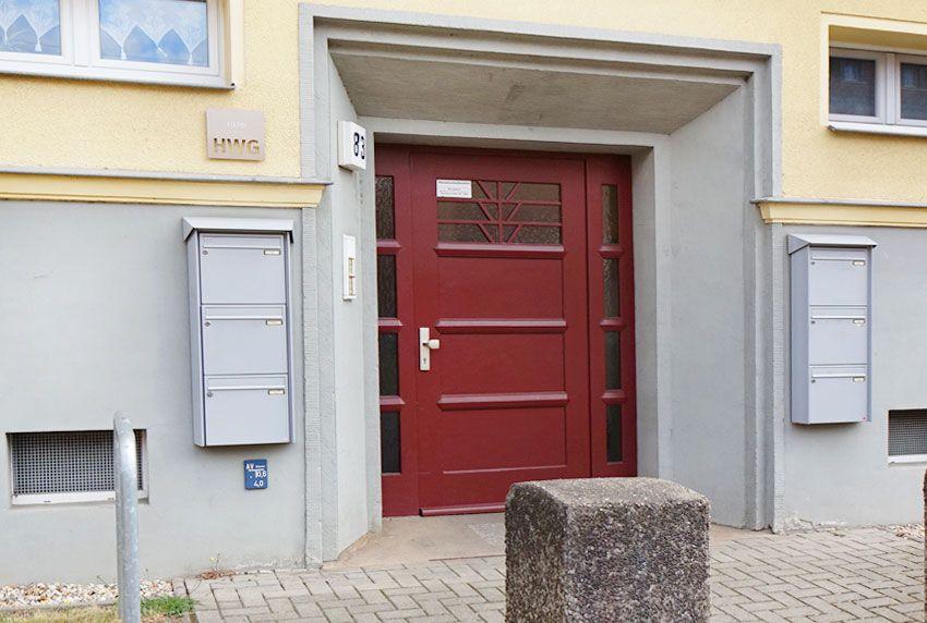 Briefkastenanlage auf beiden Seiten am Hauseingang positionieren