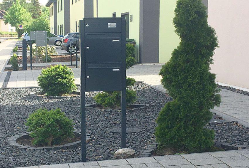 Freistehende Briefkastenanlage mit zwei Fächern im modernen Design