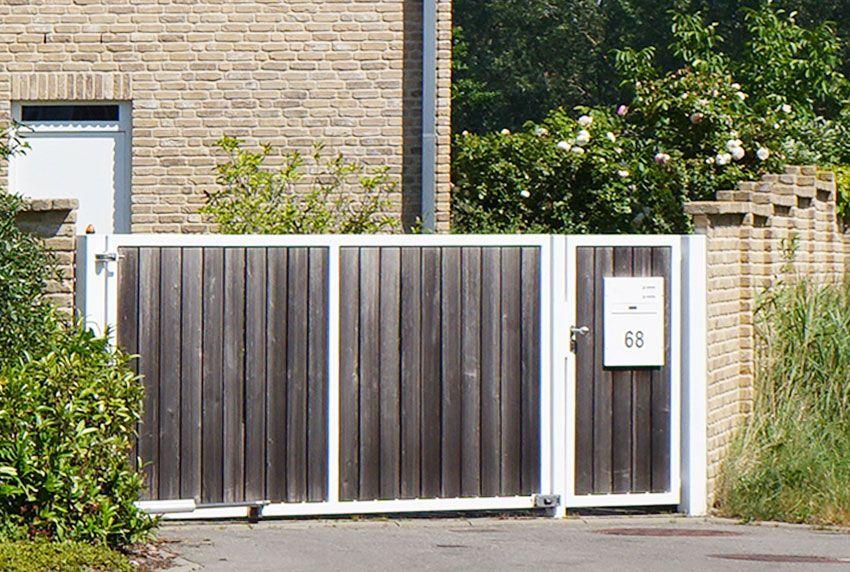Briefkastenanlage im Türfeld des Tors montiert