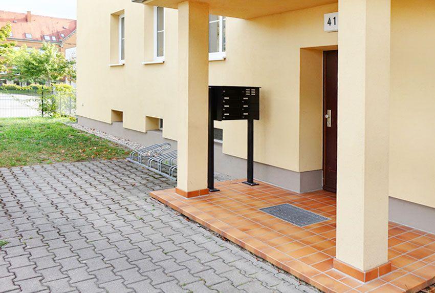 Briefkastenanlage mit großen Kästen und Schlitzen zum aufschrauben oder einbauen