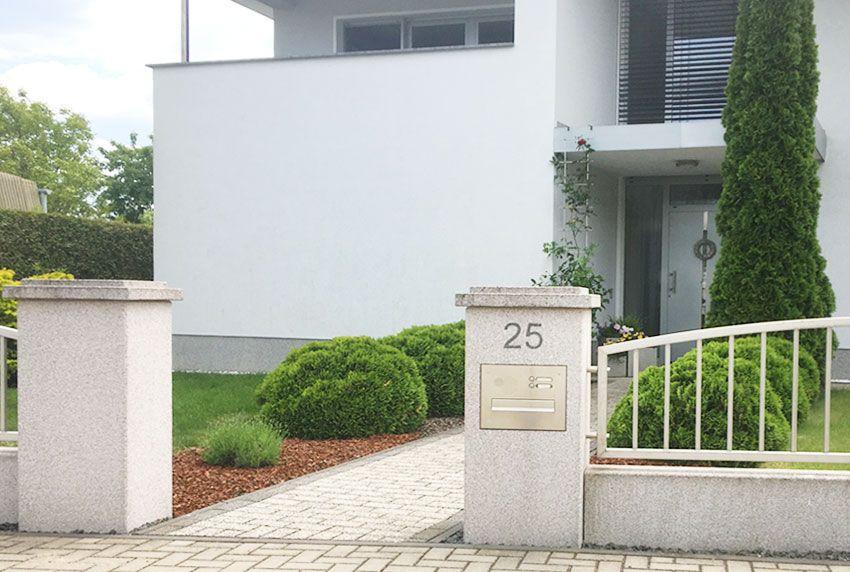 Briefkastenanlage mit Klingeltaster am Hausgrundstück