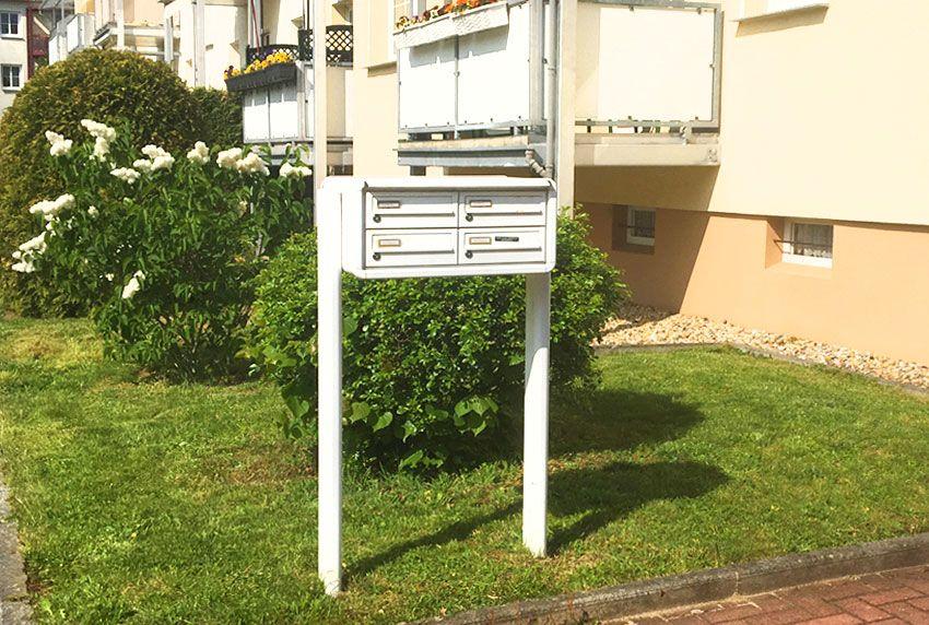 Briefkastenanlage mit Standfüßen - freistehend montiert