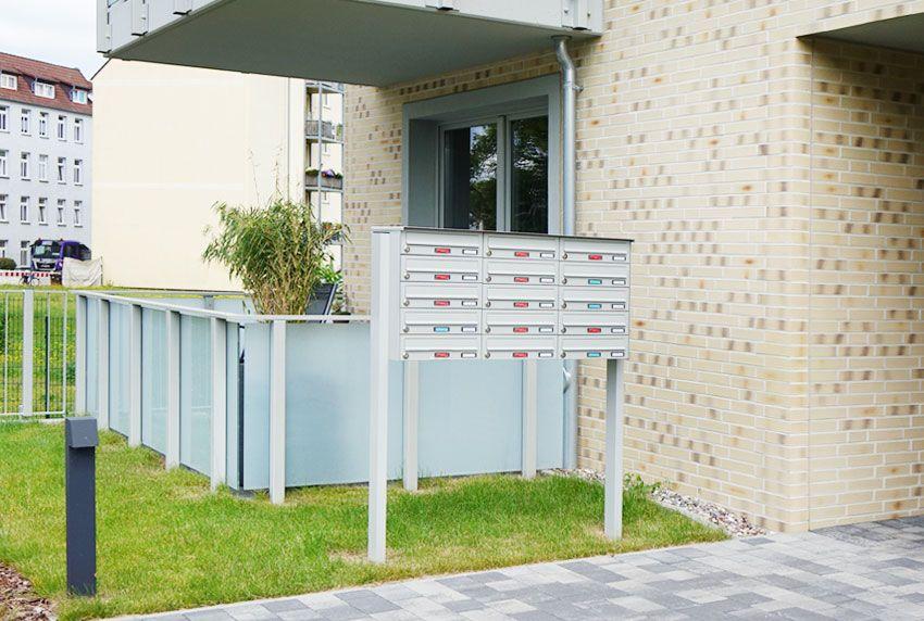 Briefkastenanlage mit zwei eckigen Profilen frei aufstellbar