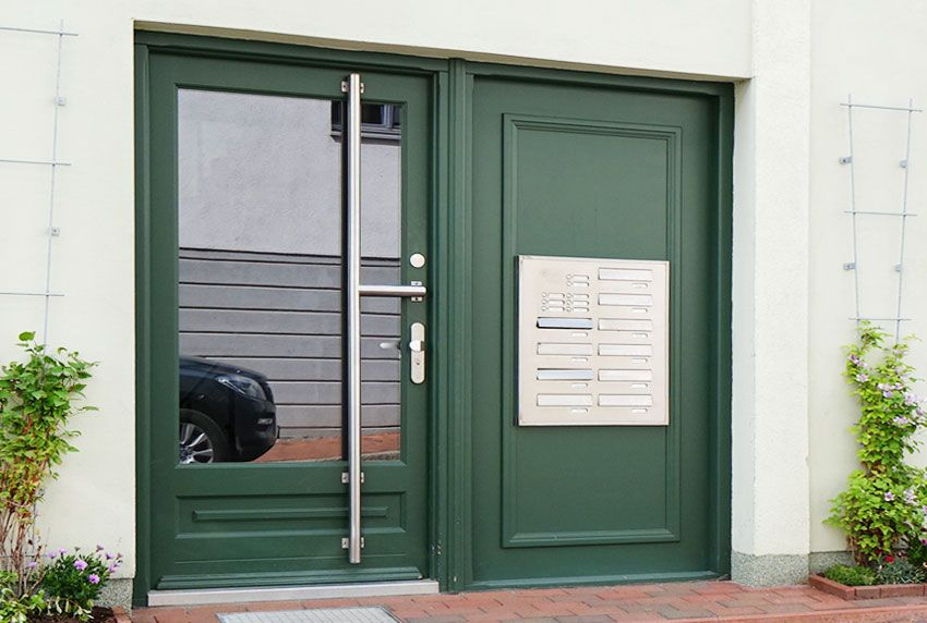 Briefkastenanlagen am Hauseingang mit Edelstahl-Elementen gut kombinierbar