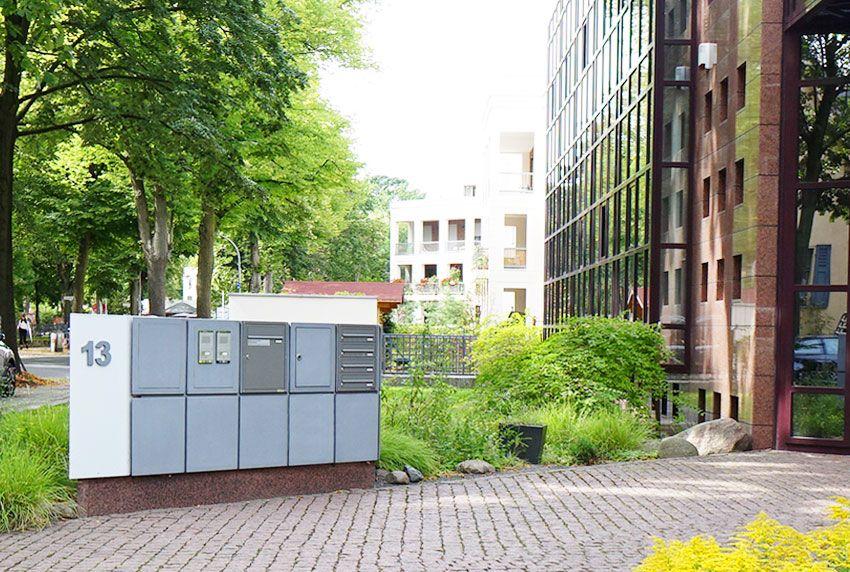 Die Briefkastenanlagen in verschiedene vorhandene Baukörper integrieren