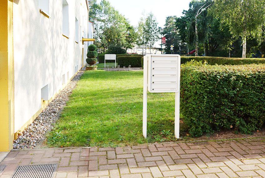 Diese Aufstellungsorte bieten ausreichend Platz für freistehende Briefkastenanlagen
