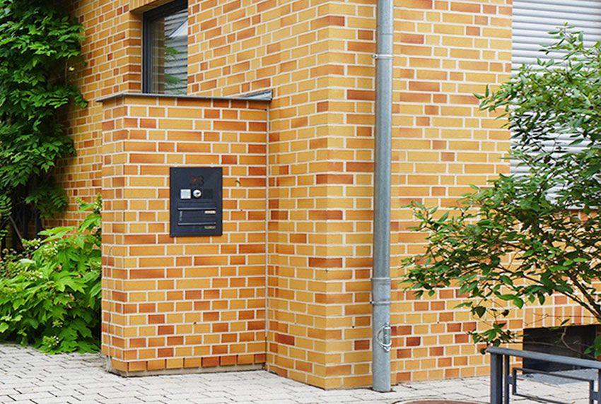 Doppel Durchwurf-Briefkastenanlage in Mauersäule eingelassen