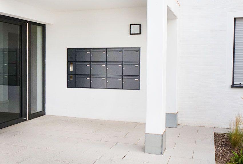 Dreireihig übereinander angeordnete Einwurffächern als Briefkastenanlage