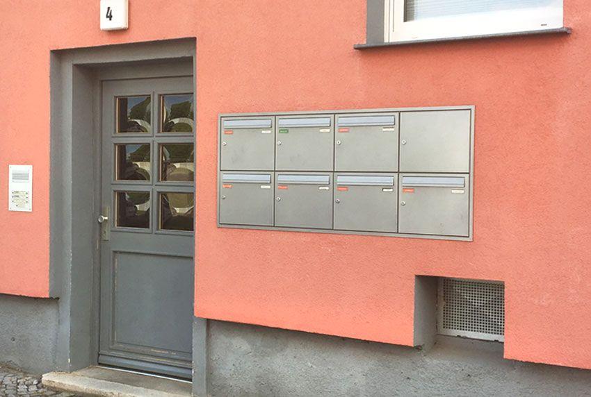 Edelstahl-Briefkastenanlage in Wand integriert
