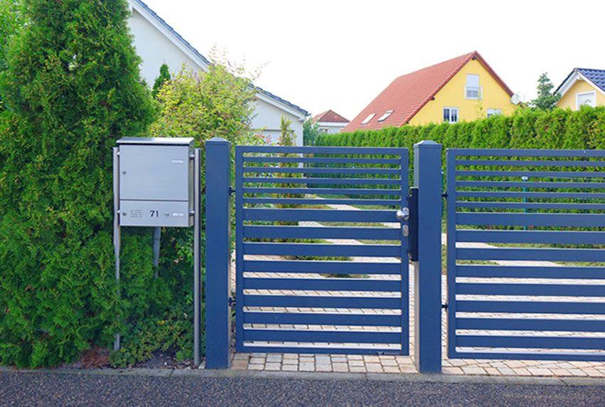 Edelstahl-Standbriefkasten mit Kommunikationselement als Anlage