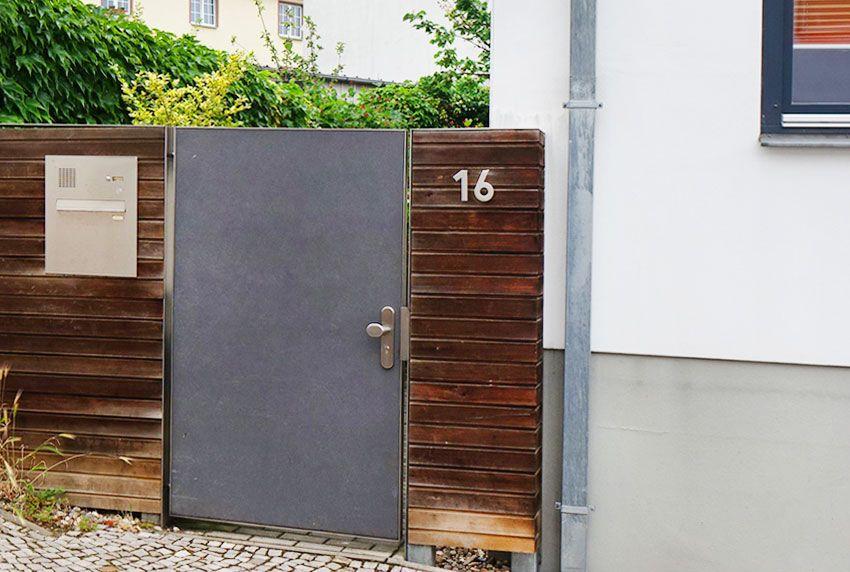 Einbau-Briefkastenanlage aus Edelstahl in Holzzaun verbauen