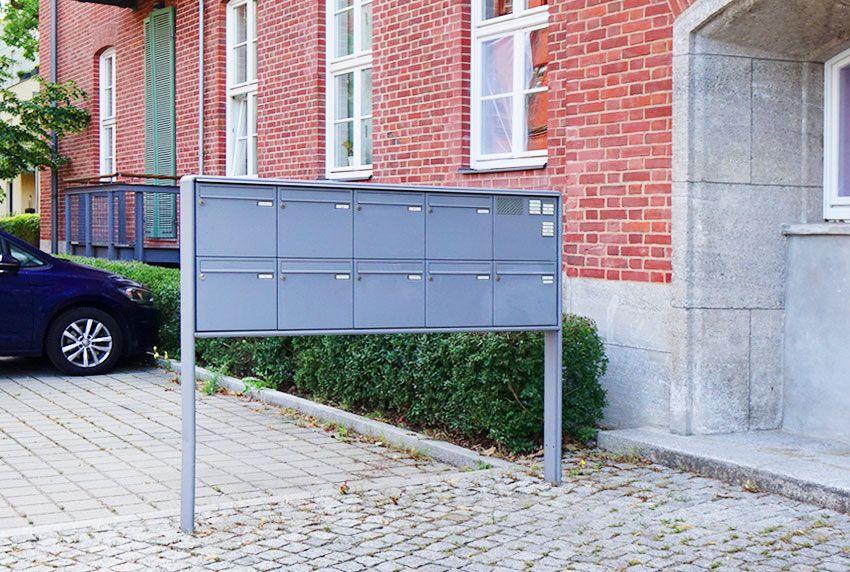 einbetonierte-briefkastenanlagen-mit-grosser-anzahl-an-postkaesten Einbetonierte Briefkastenanlagen mit großer Anzahl an Postkästen  einwurf-klappe-aus-edelstahl-als-durchwurf-briefkastenanlage-im-torpfosten Einwurfklappe aus Edelstahl als Durchwurf-Bri