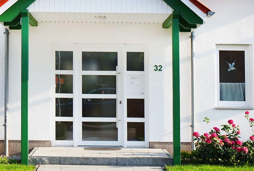 Eine Türseitenteilbriefkastenanlage wird anstelle einer Glasscheibe eingebaut