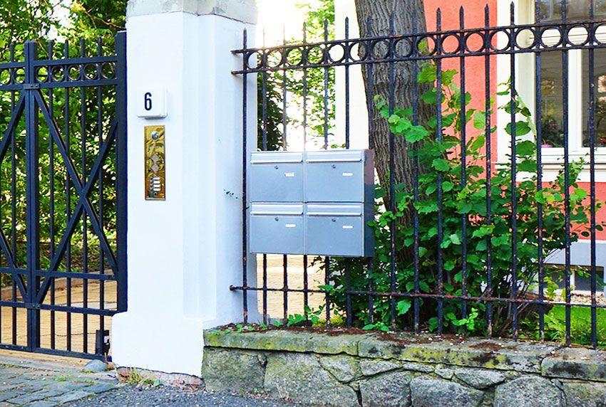 Einfache und preiswerte Vierer-Briefkastenanlage am Zaun befestigt