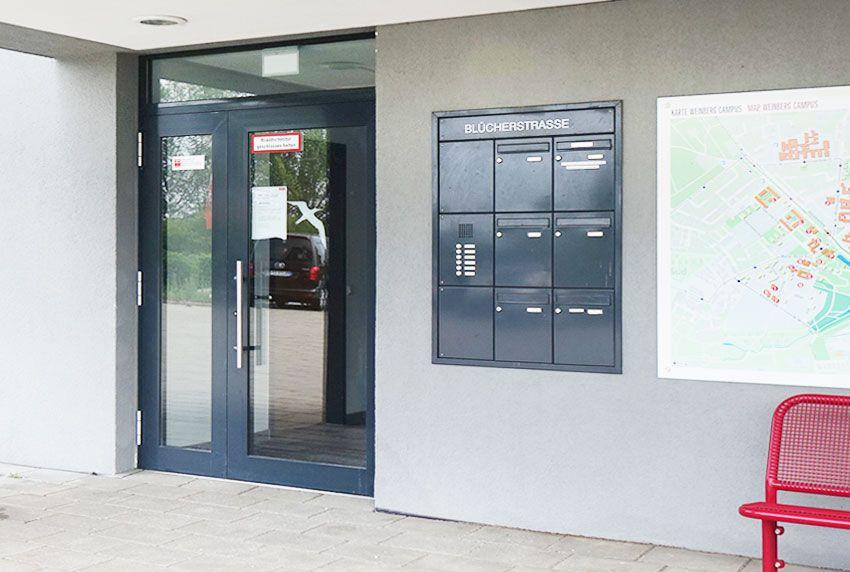 Eingesetzte Briefkastenanlage in das Mauerwerk mit Blindkästen