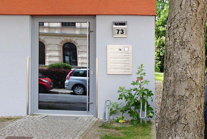 Eingesetzte Briefkastenanlage mit vier Einwürfen aus Edelstahl gefertigt