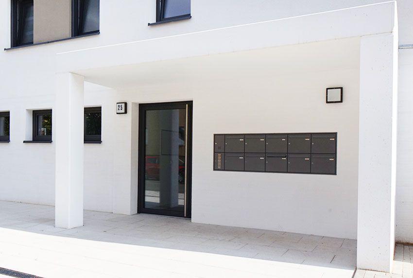 Einheitliche Briefkastenanlage in der Wand eingelassen