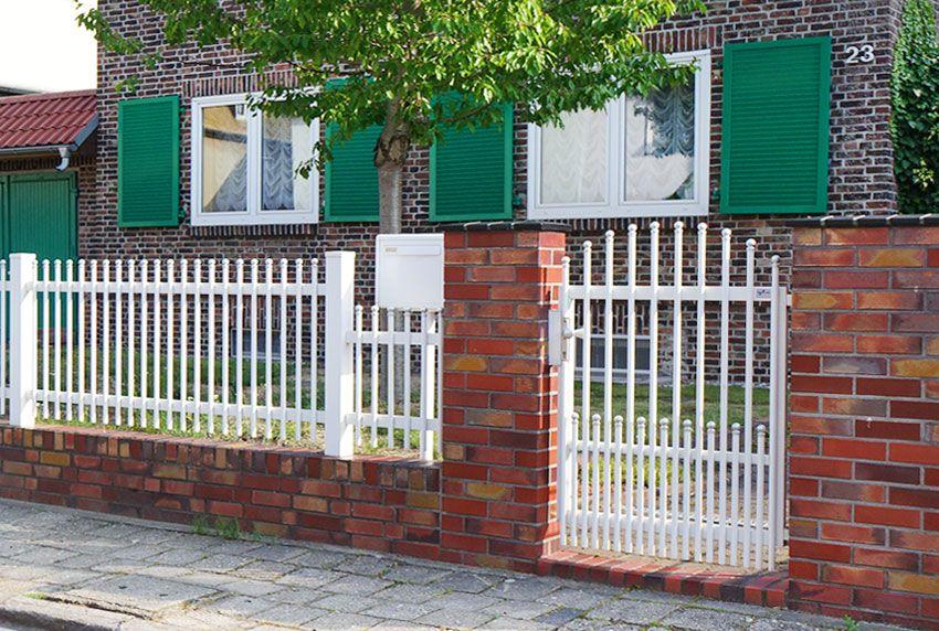 Einzelner Standbriefkastenanlagen hinterm Zaun