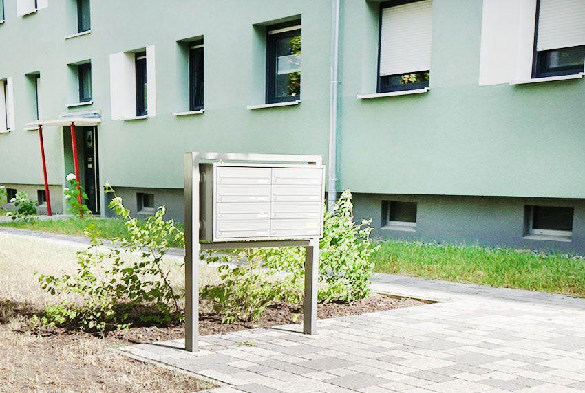 Einzelnstehende Briefkastenanlage mit Rechteckständer