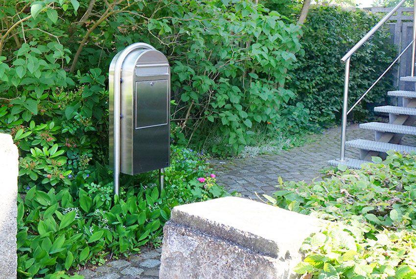 Extra große Briefkasten-Anlagen mit Ständer aus Edelstahl