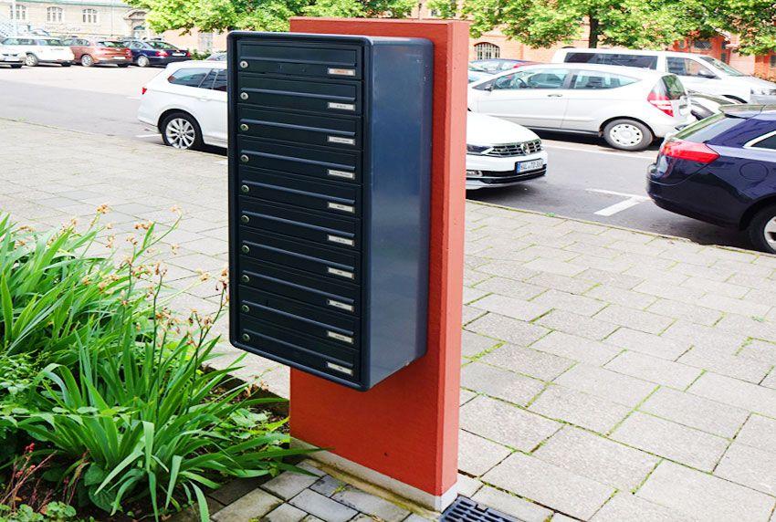 Farbige Briefkastenanlage montiert am Pfeiler
