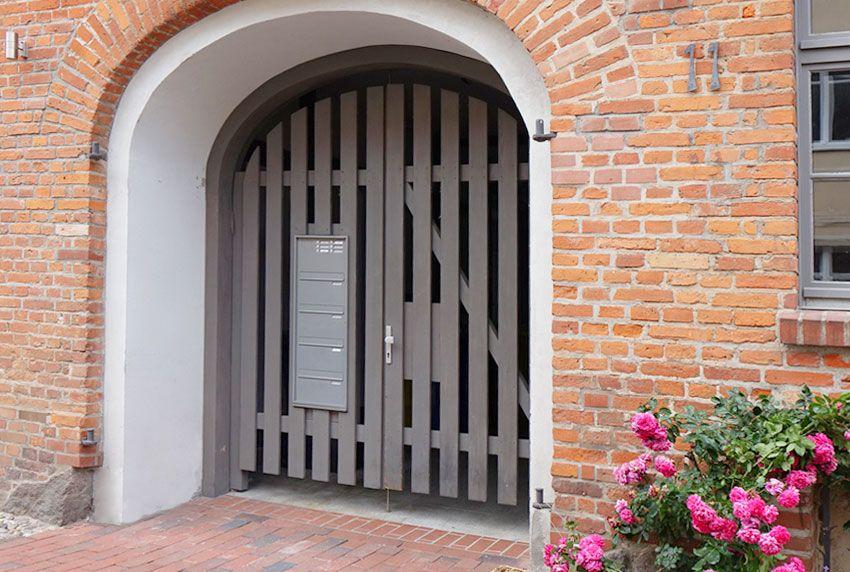 Flexibel verwendbare Briefkastenanlage für Eingangstor aus Holz