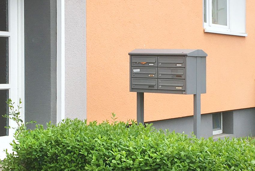 Formschöne Briefkastenanlage freistehend wettergeschützt mit Dach