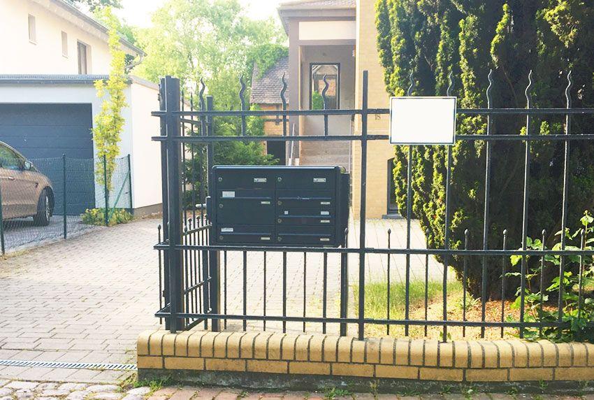 Freistehende Briefkastenanlage im Zaunfeld montiert