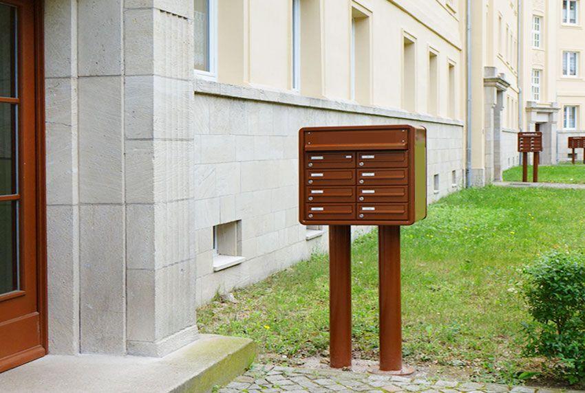 Freistehende Briefkastenanlage mit acht Fächern und einer Einfassung