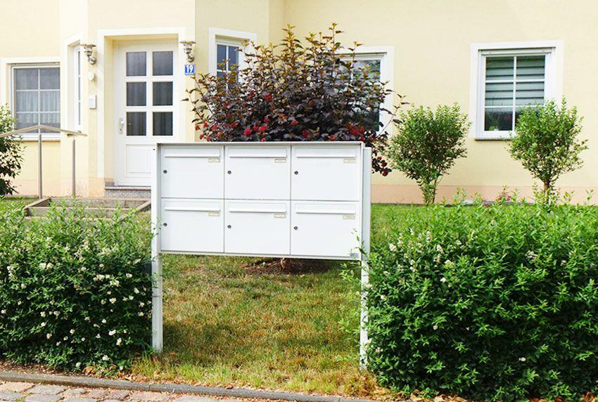 Freistehende Briefkastenanlage mit integrierten Regendach