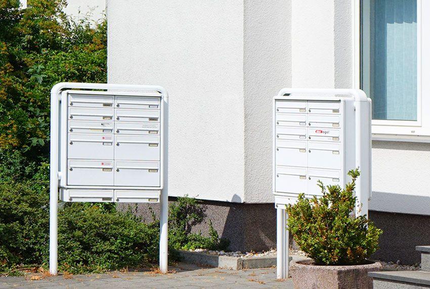 Freistehende Briefkastenanlage mit unterschiedlichen Fachgrößen