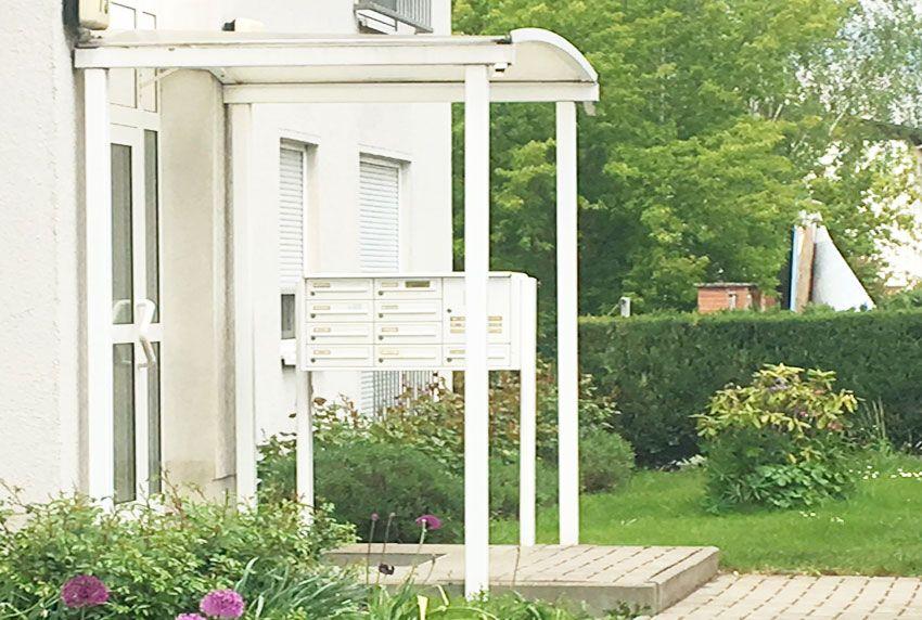 Freistehende Briefkastenanlage unter Vordach aufgestellt