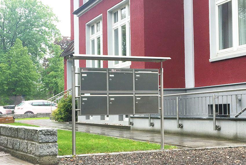 Freistehende Edelstahl-Briefkastenanlage mit Schutzdach
