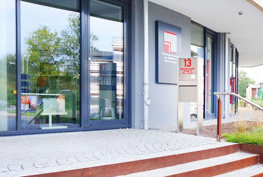 Freistehender Einfach-Briefkasten aus Edelstahl mit Beschriftung als ansprechende Anlage
