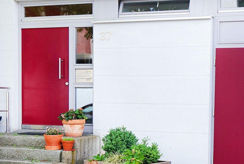 Frontplatte aus Edelstahl mit Einwurfklappe als dekorative Briefkastenanlage