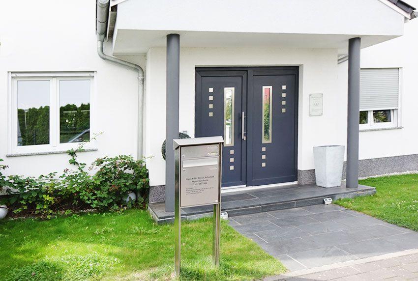 Für eine Familie passende Standpostkasten aus Edelstahl als Anlage für das moderne Einfamilienhaus